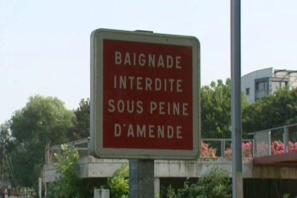 """Les panneaux """"Baignade interdite"""" sont gros et visibles mais..."""