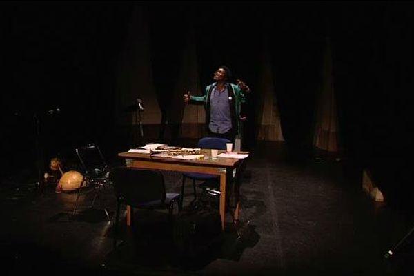 """Etienne Minoungou, artiste burkinabé de """"Sony, l'avertisseur entêté"""", demain 12h15 au Théâtre de l'Union."""