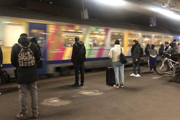 Mulhouse, le 9/12/19, Ambiance lors du 1er train du jour lors du 5eme jour de greve a la gare pour le TER Mulhouse - Strasbourg.