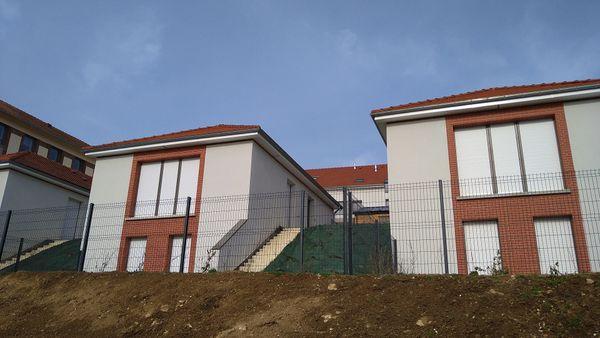 ces 11 logements locatifs, ont été pensé afin d' y intégrer ces 6 pavillons, en contre-bas.