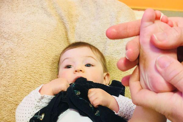 A 7 mois, Cassandra reçoit son tout premier soin de réflexologie plantaire