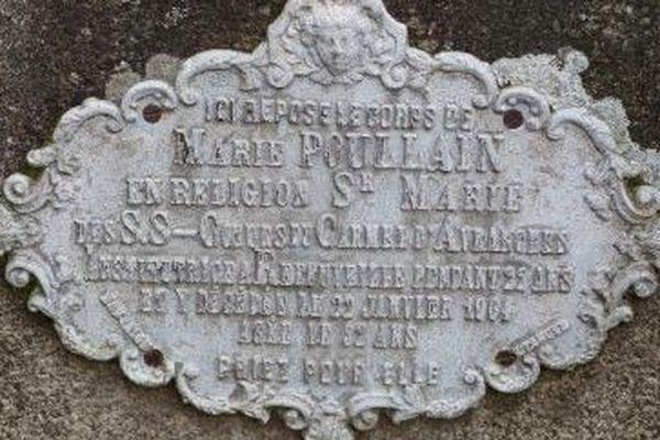 Plaque de fonte d'aluminium de Marie Poullain, en religion soeur Marie des Saints Coeurs