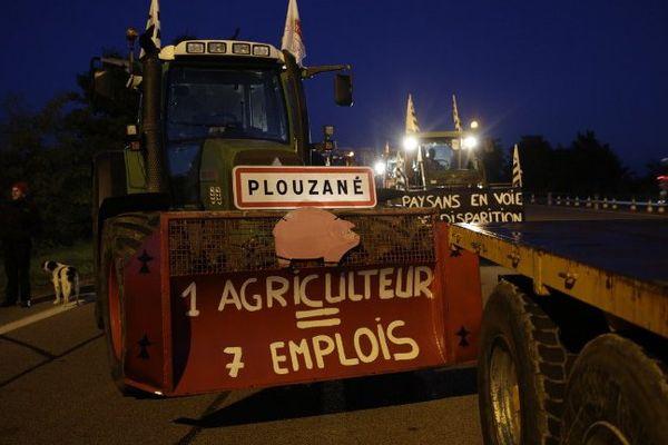 Des tracteurs sur l'A13, à hauteur de Mantes-la-Jolie, dans les Yvelines.