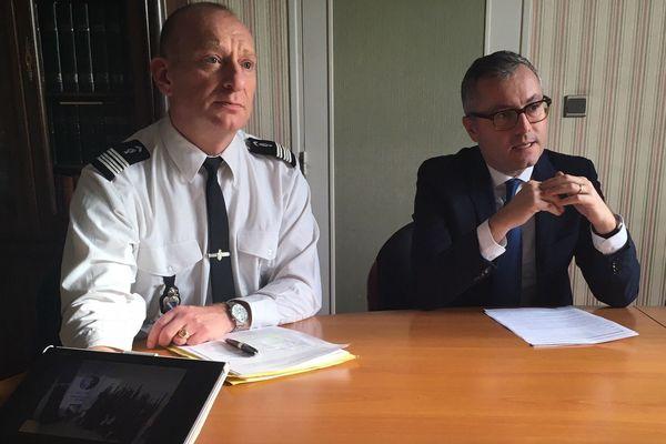 Le procureur de la République de Chaumont, Frédéric Nahon (ici à droite) lors de la conférence de presse de ce jeudi 10 janvier.
