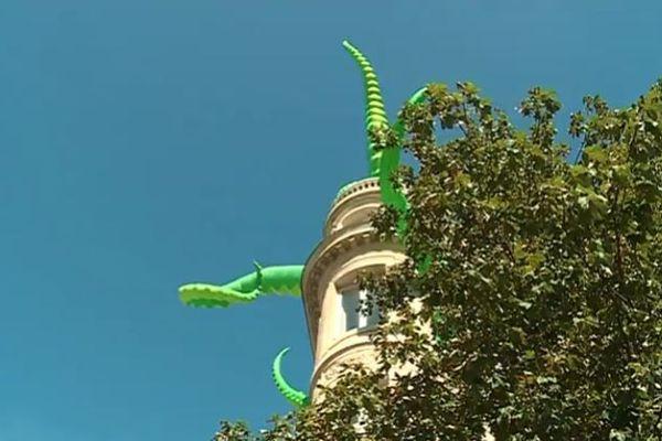 7 tentacules géantes sortent du bâtiment du CIVB à Bordeaux pour annoncer le Festival Climax. Une oeuvre des anglais Luke Egan et Pete Hamilton.