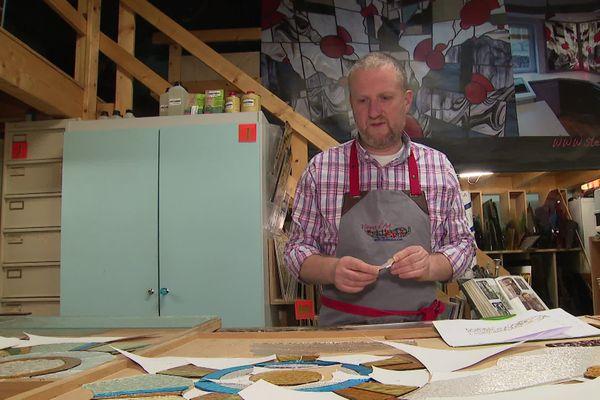 Le vitrailliste Stéphane Prévot devant sa dernière création.