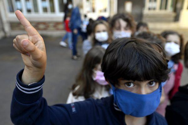 Le masque ne sera plus obligatoire à l'école primaire à partir du 4 octobre dans les départements où le taux d'incidence de la covid-19 sera en-dessous de 50 cas pour 100 000 habitants