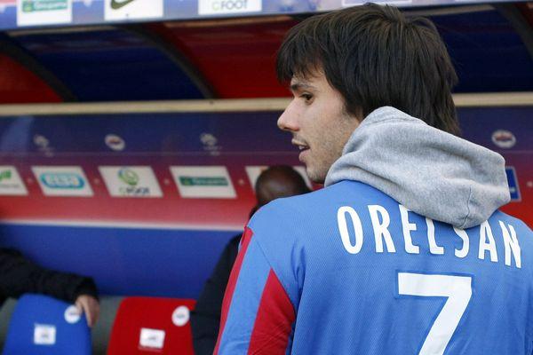 Orelsan au stade Michel d'Ornano, avec le maillot du SM Caen, en 2012