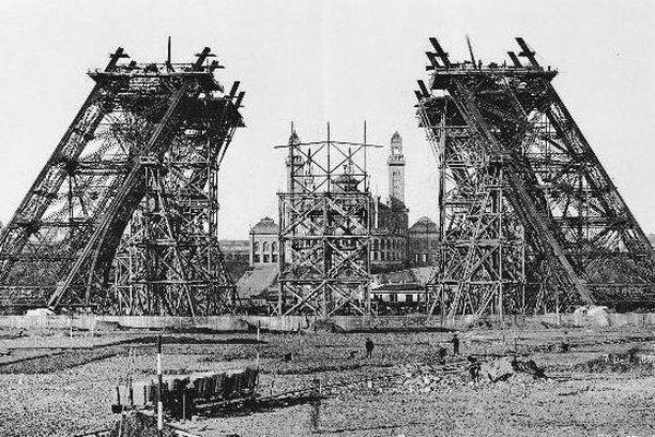 7 décembre 1887 : montage de la partie inférieure sur les pylones en charpente