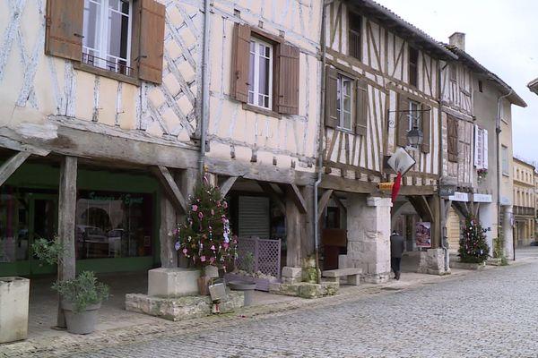 La bastide d'Eymet au sud de la Dordogne est réputée être la plus anglaise des bastides françaises. Plusieurs centaines de ressortissants britannique y ont élu domicile.