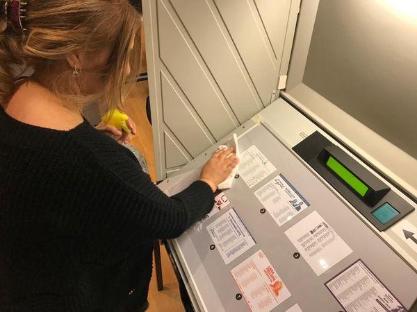 Désinfection d'une machine à voter à Mulhouse, le 15 mars 2020