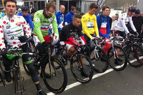 Une minute de silence observée au départ de la deuxième étape du Paris-Nice 2015.