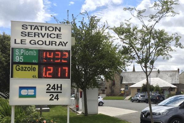 Dans le bourg du Gouray, la station communale écoule plus de 1 000 litres de carburants chaque jour