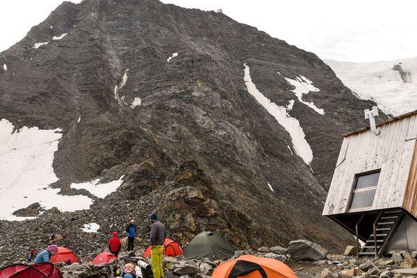 Des touristes campent dans le couloir du Goûter en août 2018.