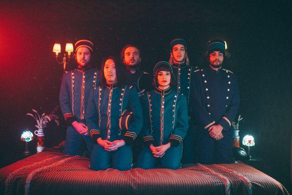 Les membres du groupe L'impératrice font la tournée des festivals cet été.
