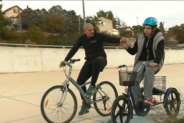 Eddy Lembo, le manager sportif de l'Olympique Marseille Cyclisme encadre Hugo, 15 ans, sur le vélodrome des Olives. Pour financer cette activité, le club a lancé une opération de crowdfunding.