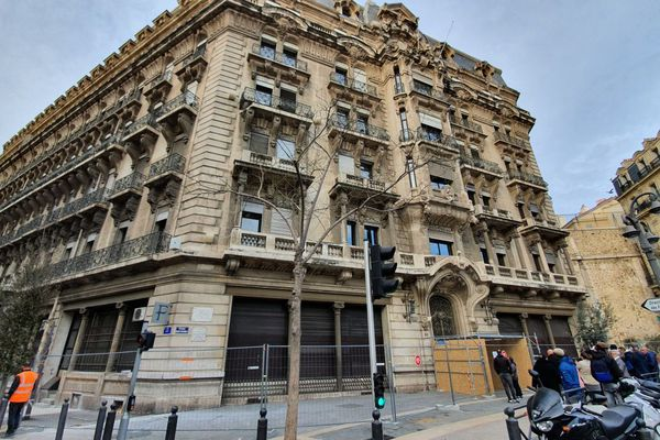 L'immeuble qui abrite le centre des impôts, place Sadi Carnot à Marseille est fermé et les agents ont été priés de rentrer chez eux.