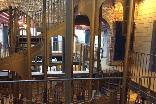 Le remarquable escalier central oeuvre de l'architecte Patrice Mottini