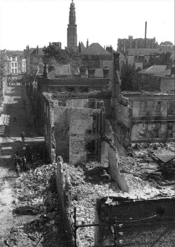 Des immeubles de la rue Héronval effondrés après les bombardements allemands du 19 mai 1940 sur Arras.