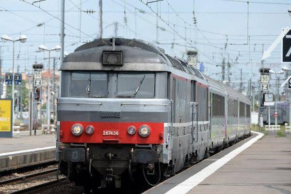 """Le """"Nantes-Quimper"""" au départ de la gare de Nantes."""