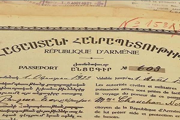 Le jour où nous les rencontrons, les membres de l'association ARAM (association pour la recherche et l'archivage du génocide de la mémoire arménienne) analysent un lot d'une soixantaine de passeports issus d'une donation. Ils sont recoupés avec les registres du camp Oddo, afin de retracer le parcours des familles arméniennes rescapées du génocide de 1915.