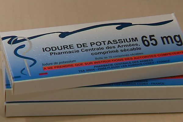 Les boites de pastilles d'iode distribuées dans les pharmacies pour les personnes habitant à moins de 20 kilomètres d'une centrale nucléaire.