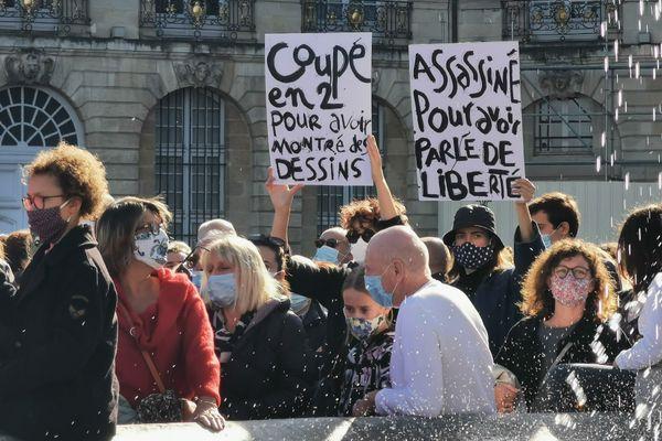 Ils sont venus nombreux ce dimanche 18 octobre, place de la bourse à Bordeaux, en hommage au professeur Samuel Paty.