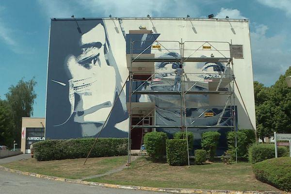 La fresque en hommage aux soignants, sur le mur du centre hospitalier d'Hirson.