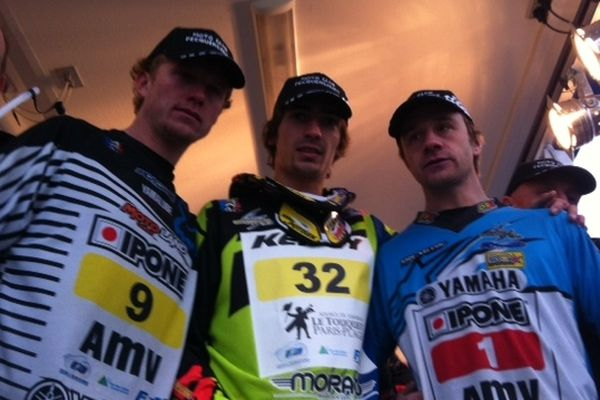 Van Beveren (3ème), Potisek (2ème ) et Moussé (1er) : le trio de tête de l'Enduropale 2013. Ça manque de sourires ! La faute à une arrivée confuse...