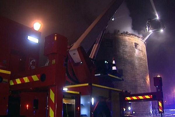 Les pompiers ont dû inonder la tour pour maîtriser l'incendie