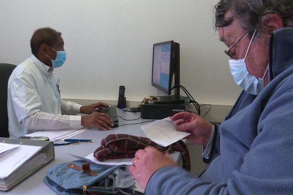 4 juin 2020 – Un médecin reçoit un patient en consultation dans le nouvel aménagement du centre hospitalier de Dieppe