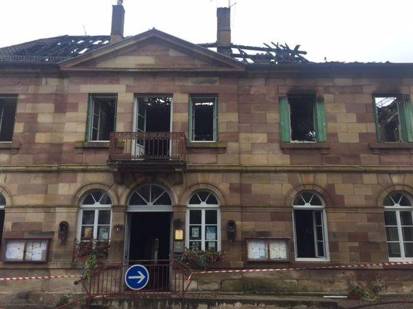 L'incendie a fait de lourds dégâts dans la petite mairie de Clairegoutte en Haute-Saône.