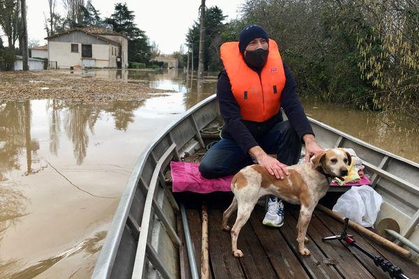 Sauvé des eaux, ce chien a été pris en charge sur la commune de Fontet encerclé par les eaux de la Garonne et de les eaux de pluie ruisselant des champs environnants.