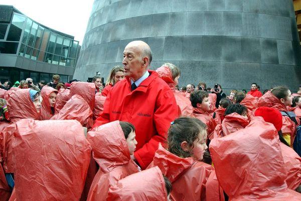 Valéry Giscard d'Estaing entouré d'enfants à Vulcania, parc européen du volcanisme, en février 2002.