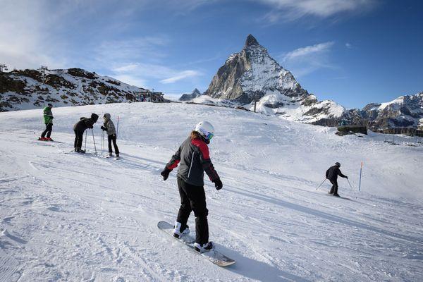 """Le gouvernement veut éviter que les Français aillent """"se contaminer"""" dans les stations de ski à l'étranger."""