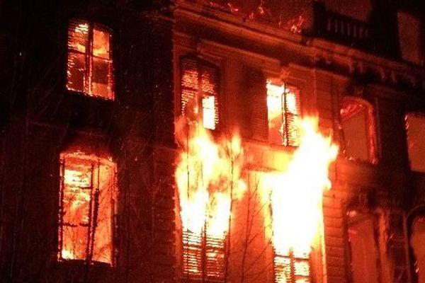 Le château du Quesnel, entre Amiens et Roye, a été dévoré par les flammes dans la soirée du 10 décembre.
