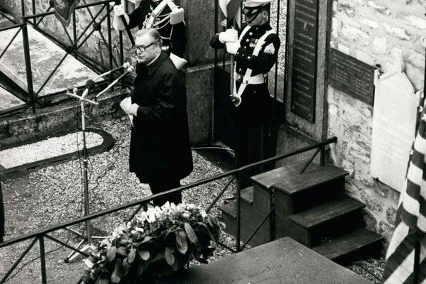 Le vice-président américain Rockfeller sur la tombe de La Fayette, au cimetière de Picpus, à Paris, en 1976.