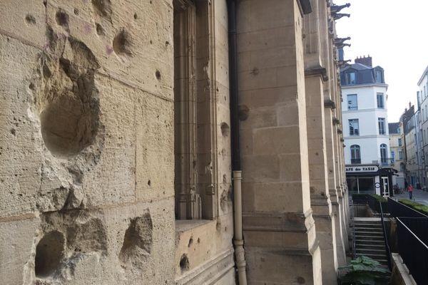 Des trous d'obus datant de la Seconde Guerre mondiale criblent la façade du palais de justice de Rouen.
