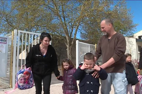 Sortie d'école pour Jackson, 5 ans, autiste, et sa petite sœur Jade, 4 ans avec leurs parents. Avril 2019