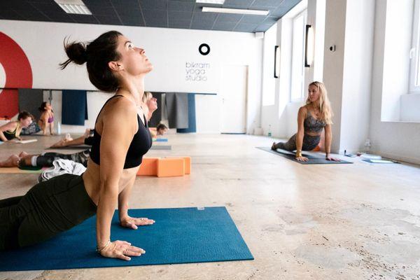 La pratique du Yoga comme les autres cours de sport nécessite la présence des profs pour accompagner les élèves.