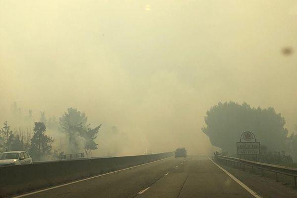 L'épaisse fumée des multiples incendies se propage, la circulation est difficile. Il est recommandé de se mettre à l'abris.