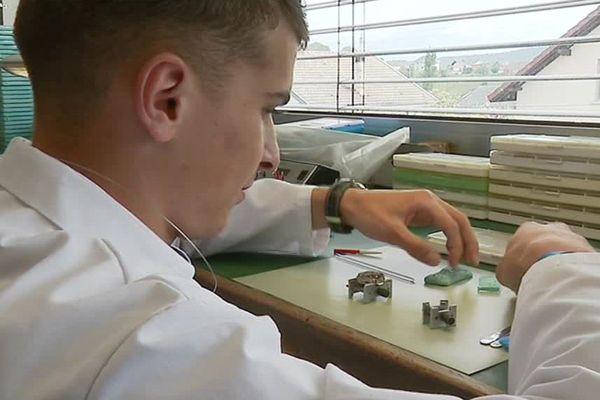 Emilien Bulle est apprenti en horlogerie dans le Haut-Doubs