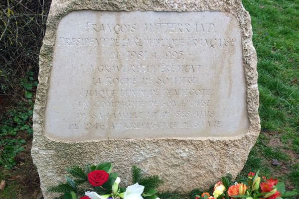 Une stèle a été installée au pied de la Roche de Solutré, en Saône-et-Loire, en mémoire de François Mitterrand.