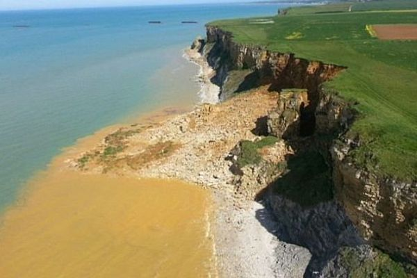 L'effondrement se situe au niveau du Cap Manvieu, dans le Bessin (Calvados)