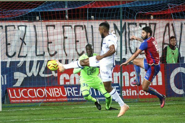 L2/14e journée : le Gazélec FC Ajaccio a dominé l'ESTAC Troyes (2-1), renouant avec une victoire à domicile.
