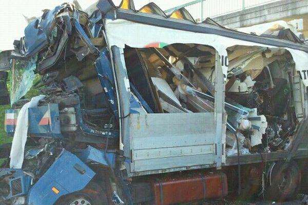 Un camion immatriculé en Espagne s'est encastré dans un deuxième immatriculé au Portugal. Deux chauffeurs routiers sont morts dans ce carambolage entre 6 camions sur la RN 10 mercredi 25 octobre vers 10 h 30