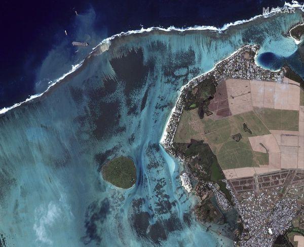Vue satellite de la catastrophe prise le 12 août. Le navire est toujours là et menace toujours de se couper en deux. Il s'est échoué le 25 juillet.