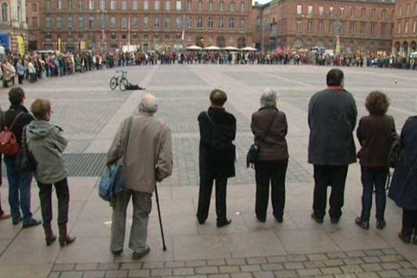 De nombreuses personnes se sont rassemblées samedi, Place du Capitole à Toulouse.