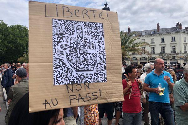 Pancarte anti-pass sanitaire dans le cortège tourangeau samedi 31 juillet.