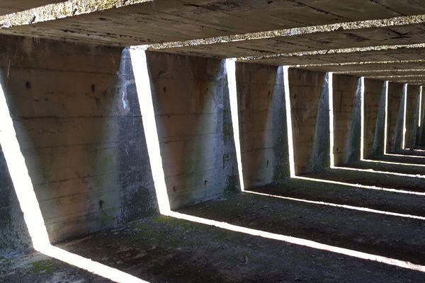La lumière du soleil s'invite entre les pièges à bombes et crée une atmosphère particulière dans ce lieu historique